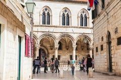 Turyści i miejscowi przy pięknymi ulicami przy starym miasteczkiem Dubrovnik obrazy royalty free