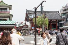 Turyści i miejscowy odwiedzają Sensoji świątynię w Asauka Tokio zdjęcia royalty free