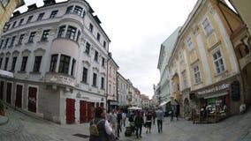 Turyści i mieszkanowie na jeden środkowe ulicy miasto zdjęcie wideo