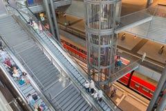 Turyści i pracownicy są robiący zakupy i podróżni przy Zdjęcie Stock