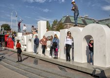 Turyści i rzeźba przed Rijksmuseum od Museumplein «Ja Amsterdam «, Amsterdam, holandie obrazy royalty free