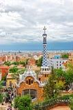 Turyści i Wejściowy budynek w Parkowym Guell w Barcelona Zdjęcia Stock