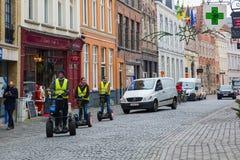 Turyści jadą Segway na Bożenarodzeniowym Bruges, Belgia obrazy stock