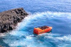 Turyści jedzie Jeju Tryskają obok Daepo Jusangjeolli bazalta kolumny zdjęcie stock