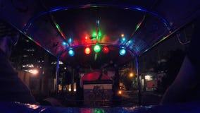 Turyści Jedzie Tuk-Tuk jeżdżenie przy nocy ulicami Popularny trójkołowy Tradycyjny taxi transport w Azja HD czas zbiory
