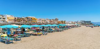 Turyści kłama na Benalmadena wyrzucać na brzeg blisko Malaga obraz stock