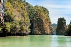 Turyści kajakuje przy Hong wyspą, Phang nga zatoka Obrazy Stock
