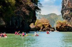 Turyści kajakuje przy Hong wyspą, Phang nga zatoka Zdjęcie Royalty Free