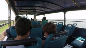 Turyści które biorą one przejażdżka na itaipu tamie, inny wokoło itaipu i turystyczni miejsca na autobusie zdjęcie wideo