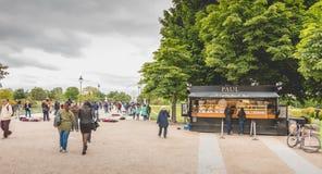 Turyści kupują jedzenie przy Paul, łańcuch sklepy znać dla bardzo dobrze zdjęcia royalty free