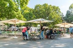Turyści Ma lunch Przy Plenerowym Restauracyjnym W centrum Wiedeń miastem Obraz Stock