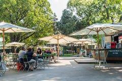 Turyści Ma lunch Przy Plenerowym Restauracyjnym W centrum Wiedeń miastem Obrazy Stock