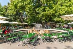 Turyści Ma lunch Przy Plenerowym Restauracyjnym W centrum Wiedeń miastem Obrazy Royalty Free