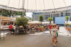Turyści Ma lunch Przy Plenerowym Restauracyjnym W centrum Wiedeń miastem Zdjęcia Stock