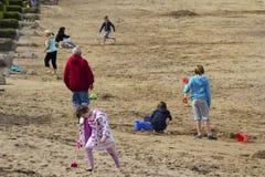 Turyści ma zabawę w Eyemouth w Szkocja, UK 07 08 2015 Zdjęcie Stock