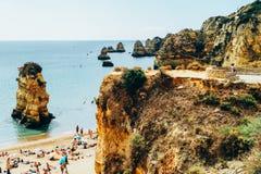Turyści Ma zabawę W wodzie, Relaksuje I Sunbathing W Lagos mieście Na plaży Przy oceanem Portugalia, Obrazy Royalty Free