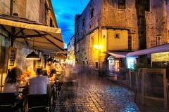 Turyści mają gościa restauracji w restauraci, nocy scena, Trogi Obraz Stock