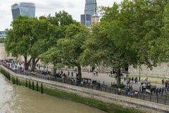 Turyści na bankach Rzeczny Thames w Londyn, Anglia na zewnątrz wierza Londyn obraz stock