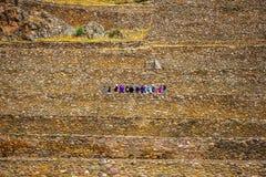 Turyści na kamienistym Ollantaytambo bastille fotografia stock
