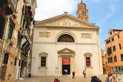 Turyści na kwadratowym pobliskim Kościelnym Santa Maria Gloriosa Zdjęcia Royalty Free