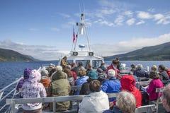 Turyści na Loch Ness rejsie w Szkocja zdjęcia stock