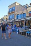 Turyści na nabrzeżu z chodniczek uliczną kawiarnią, Chania, Crete Obrazy Stock