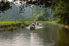 Turyści na Ngo Dong rzece przy Trang UNESCO światowe dziedzictwo obrazy stock