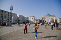 Turyści na pariser platz blisko Brandenburg bramy Obraz Stock