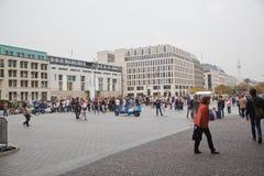 Turyści na pariser platz blisko Brandenburg bramy Obraz Royalty Free