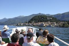 Turyści na pokładzie łódkowatego approching Bellagio, Jeziorny Como zdjęcia stock