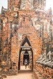Turyści na przejściu przy Watem Chaiwatthanaram obraz royalty free