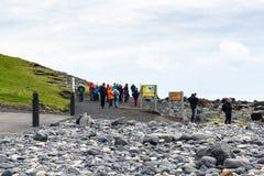 Turyści na Reynisfjara plaży w Vik wiosce Obraz Stock
