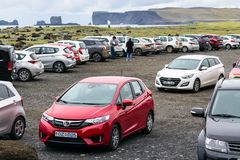 Turyści na samochodowym parking plaża w Vik wiosce Zdjęcie Stock