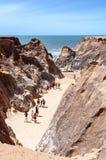 Turyści na skalistej plaży fotografia royalty free