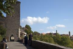 Turyści na starym miasto ściany footpath przyglądającym za nadmiernej dolinie fotografia stock