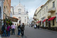 Turyści na ulicznym Ausros Vartai blisko kościół St Theresa zdjęcie stock