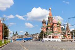 Turyści na Vasilevsky spadku w Moskwa Obrazy Stock