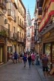 Turyści na wąskiej ulicie na średniowiecznym mieście Toledo w Hiszpania Obrazy Royalty Free