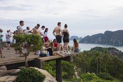 Turyści na widoku punkcie Phi Phi wykładowcy wyspa, Tajlandia Wieczór 17 2018 Grudzień zdjęcie royalty free