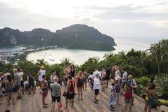 Turyści na widoku punkcie Phi Phi wykładowcy wyspa, Tajlandia Wieczór 17 2018 Grudzień zdjęcia royalty free