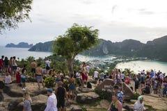 Turyści na widoku punkcie Phi Phi wykładowcy wyspa, Tajlandia Wieczór 17 2018 Grudzień zdjęcia stock