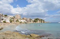 Turyści na wodzie Cala Mayor Wyrzucać na brzeg w Palmie de Mallorca, Hiszpania zdjęcie stock