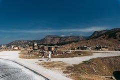 Turyści na wycieczkach, antyczne ruiny zdjęcie royalty free