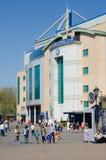Turyści na zewnątrz Chelsea stadionu futbolowego na non matchday Obrazy Royalty Free