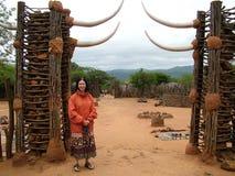 Turyści obok kamiennej bramy przy Shakaland zulu Kulturalną wioską Obrazy Stock