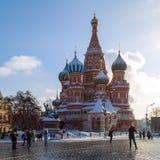 Turyści od różnych krajów spacerują przez placu czerwonego i biorą fotografie przeciw tłu St basilu ` s katedra Zdjęcie Royalty Free