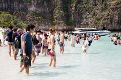 Turyści odpoczywają na Phi Phi Leh wyspie, Tajlandia Zdjęcie Royalty Free