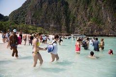 Turyści odpoczywają na Phi Phi Leh wyspie, Tajlandia Fotografia Royalty Free