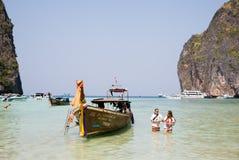 Turyści odpoczywają na Phi Phi Leh wyspie, Tajlandia Obrazy Royalty Free