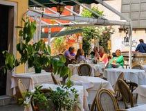 Turyści odpoczywają przy stołami w plenerowej kawiarni w Wenecja, Włochy Zdjęcia Stock